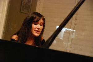 פסנתרנית בקונצרט שאורגן על ידי בני מילר