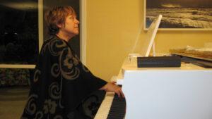 נגנית פסנתר בקונצרט בביתו של בני מילר