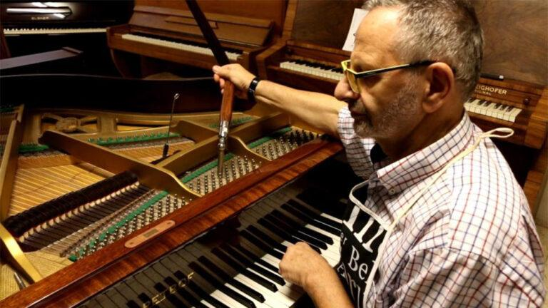 בני מילר מתקן פסנתר