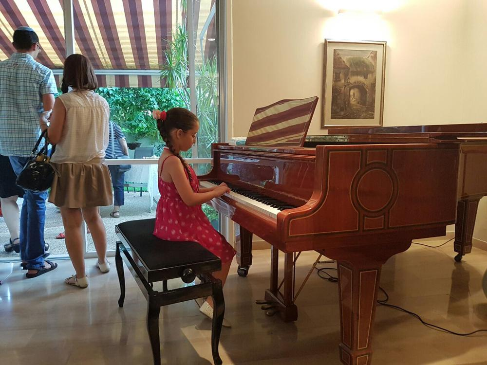 ניגון על פסנתר
